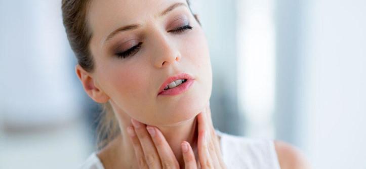 """Значение щитовидной железы для организма человека огромно, так как несмотря на свои миниатюрные размеры, этот орган-малютка регулирует выработку жизненно важных гормонов - тиреотропного гормона (ТТГ), тироксина (Т4) и трийодтироинина (Т3) и участвует в синтезе переработки йода. Норма размеров щитовидной железы Щитовидка - важный орган, который отвечает за все процессы, протекающие в организме, в том числе за терморегуляцию, метаболизм, контроль массы тела и многое другое. Не зря ее называют """"железой молодости"""". Если железа изменяется в размерах, в частности происходит ее увеличение, то констатируют зоб. Чтобы железа вырабатывала нужное количество гормонов, с пищей нужно получать не менее 200-300 мкг йода. В норме щитовидная железа легко прощупывается на шее, и при этом особо не выделяется на ней. Важные симптомы заболевания у женщин Какие симптомы должны насторожить и как заподозрить проблемы со щитовидкой? Нужно отметить, что симптоматика при разных патологиях железы различна. Иногда начальные формы АИТа или гипертиреоза протекают скрыто, без выраженных признаков. Так, существуют болезни и пограничные состояния щитовидной железы с изменением ее функции или без нарушений производства гормонов. Это значит, что процесс работы железы может протекать с гиперфункцией, гипофункцией или оставаться в норме. Типичная симптоматика, связанная с патологиями """"органа-бабочки"""": повышенная нервозность, раздражительность; сонливость постоянная; боль при глотании; ощущение дрожи в теле; потеря веса при нормальном аппетите; непереносимость тепла и повышенная потливость; урежение или учащение сердечных сокращений; """"песок в глазах""""; слабость даже в утренние часы; одутловатое лицо; ломкие волосы и ногти; сухая кожа; забывчивость; депрессия, апатия; расстройства менструальной функции; осиплый голос; проблемы с речью; бесплодие. Также стоит разграничивать признаки заболевания при снижении функции железы и наоборот при усиленном ее функционировании. Когда орган работает плохо (АИТ, гипотире"""