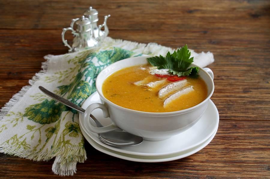 Стараюсь выбирать сыр с высоким процентом жирности, чтобы при попадании в горячий суп он точно расплавился.
