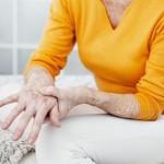 Подагрой называется метаболическая болезнь, в ходе которой происходит расстройство обмена веществ. При таком состоянии нарушается метаболизм пуринов, в крови увеличивается число мочевой кислоты, в суставах развиваются тофусы. Вероятными трудностями такого заключения являются расстройства суставов и почек. Заболевание длительное время проходит без симптомов, начиная показывать себя выраженной болью. Причины появления Ключевой причиной формирования заболевания принято считать завышенный уровень мочевой кислоты и различных её сочетаний в кровеносной системе иначе называемый гиперурикемией. Она является итогом переработки пуринов, попадающих вместе с едой. Скапливание мочевой кислоты случается при усиленном синтезе, или при малом выходе совместно с мочой. Соединения мочевой кислоты откладываются как кристаллы в глубине сустава, тем самым побуждая артрит. При долгом протекании недуга ураты накапливаются в иных местах: хрящах, костях, лёгких, надкостнице. В мочевыводящих путях кристаллы формируют камни, по причине наличия которых происходит развитие мочекаменного заболевания. Поэтому симптомы и лечение подагры у женщин зависят от анализа крови на мочевую кислоту. Первые признаки Гиперурикемия усиливается под воздействием таких моментов: возрастания эритроцитов в крови; недостатка кислорода; тяжёлой физической работы; излишнего потребления продуктов с высоким содержанием пуринов (сыры, мясные продукты, красное вино); затяжной почечной недостаточности; долговременного приёма диуретических средств; дегидратации; интоксикации свинцом; повышенного артериального давления. Сначала воспалительный процесс затрагивает лишь одно сочленение. Патология расширяется при отсутствии лечения. Не считая болевых ощущений и воспаления, могут проявляться такие симптомы как: ограниченная маневренность в районе пораженного костного соединения; раздражительность; шелушение кожного покрова; усугубление общего самочувствия; возникновение косточки на пальце стопы. При подагре зачастую поражаются сус